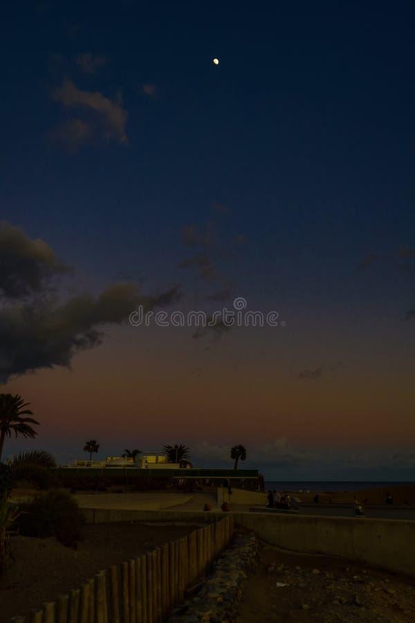 пейзаж после заката с синим небом и белой луной на испанском острове гран-канари в дюнах маспаломас стоковые фото