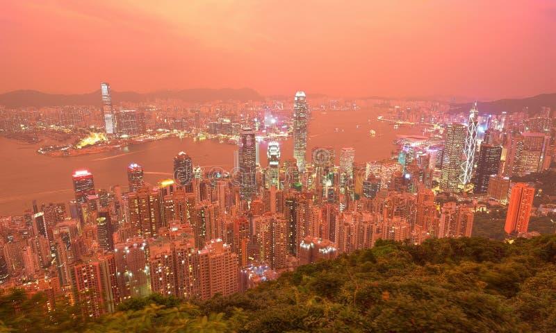Пейзаж сумрака Гонконга осмотрел от верхней части пика Виктории с горизонтом города толпить небоскребов стоковое фото