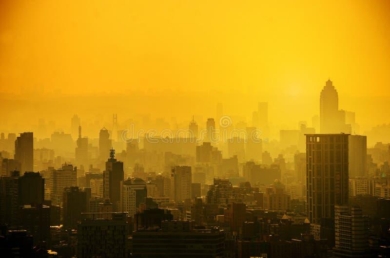 Пейзаж с небоскребами, высокорослая организация бизнеса и квартиры высокая плотность, оно красивый городской пейзаж в Тайбэе Тайв стоковое изображение