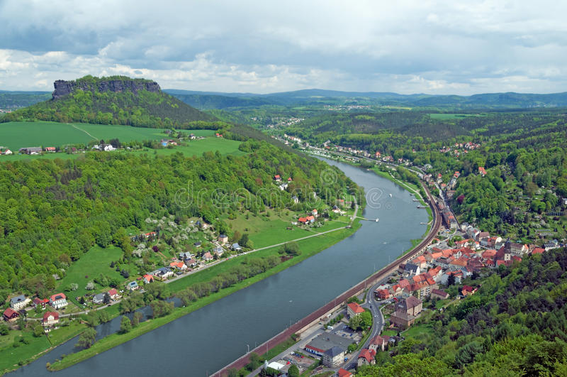 Пейзаж с рекой, городком и мезой стоковое изображение rf