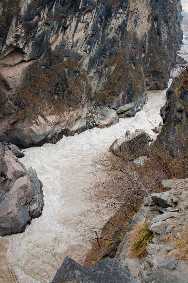 Пейзаж тигра перескакивая ущелье. Тибет. Китай. стоковые изображения