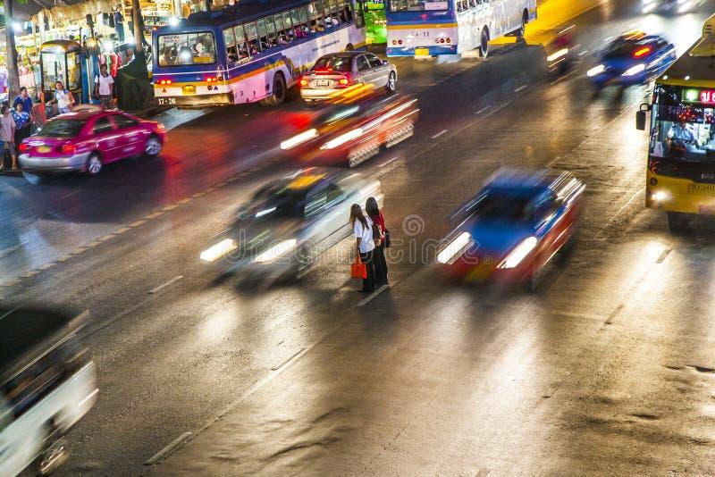 Пейзаж улицы в Бангкоке к ноча стоковые фото