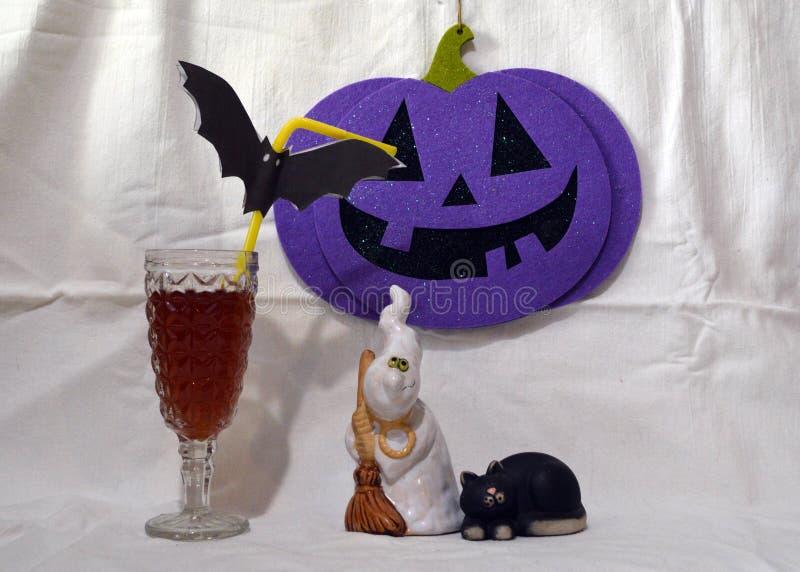 Пейзаж хеллоуина с призраком, черным котом, тыквой и стеклом стоковые изображения rf