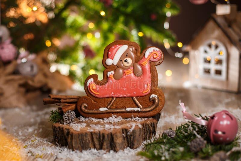 Пекарня еды праздника традиционная Медведь рождества пряника в санях в уютном украшении со светами гирлянды стоковые фотографии rf