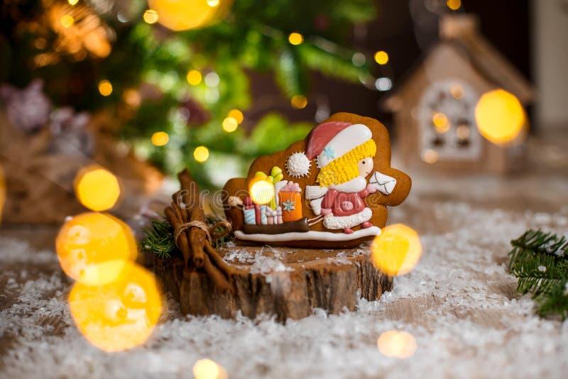 Пекарня еды праздника традиционная Chirstmas почтальон и сани пряника с подарками в уютном теплом украшении со светами гирлянды стоковые изображения rf