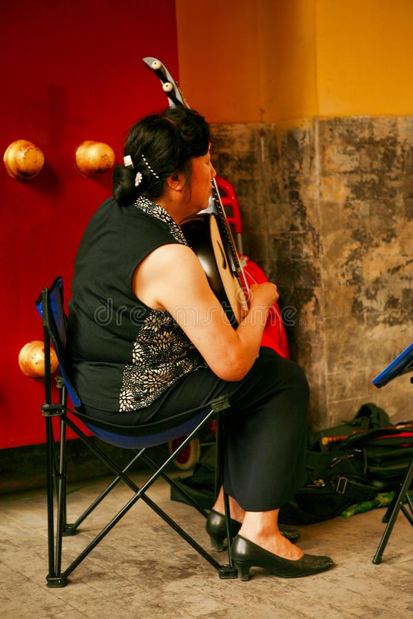 Пекин, Китай 07/06/2018 женщин a китайских играет в парке с национальной пипой аппаратуры стоковое изображение
