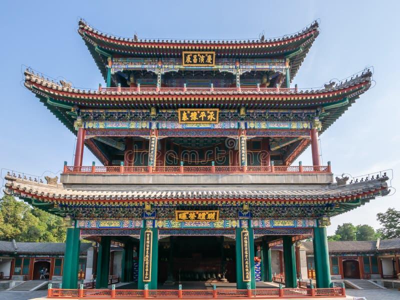 Пекин, Китай - 25-ое мая 2018: Иконический взгляд большого этапа театра Deheyuan на саде добродетеля и сработанности летом стоковые фотографии rf