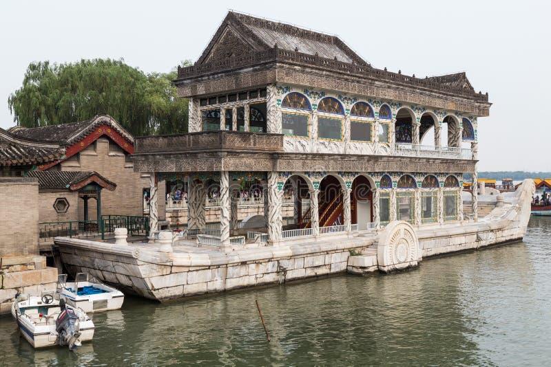 Пекин, Китай - около сентябрь 2015: Qingyan - мраморная шлюпка на озере Kunming летнего дворца, Пекина стоковое изображение rf