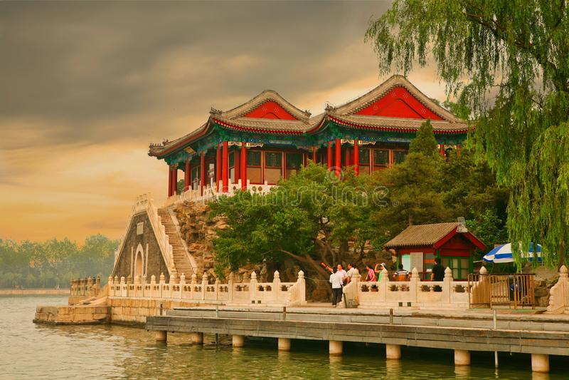 Пекин, Китай 07 06 2018 туристов наблюдая заход солнца на портовом районе озера Kunming в летнем дворце стоковые фото