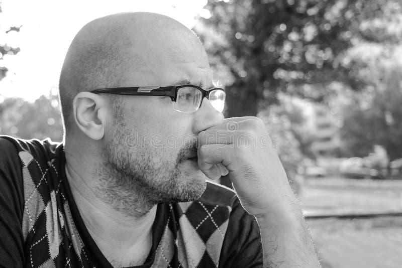 Пекин, фото Китая светотеневое Человек со стеклами подавлен Проблемы в личной жизни и на работе Стресс и депрессия мигрень стоковые фото