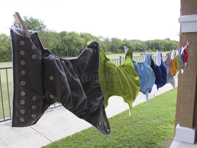 Пеленки ткани вися на бельевой веревке стоковое фото rf