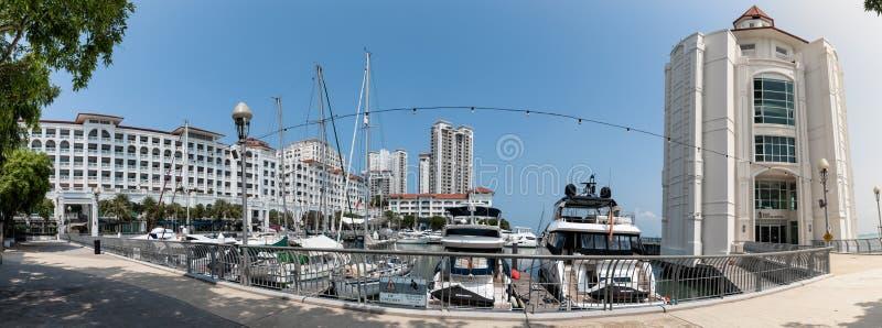 Пенанг, Малайзия - 13 ноября 2019 г.: Панорамный вид на причал пролива для яхт и парковку частных лодок в Пенанге стоковая фотография rf