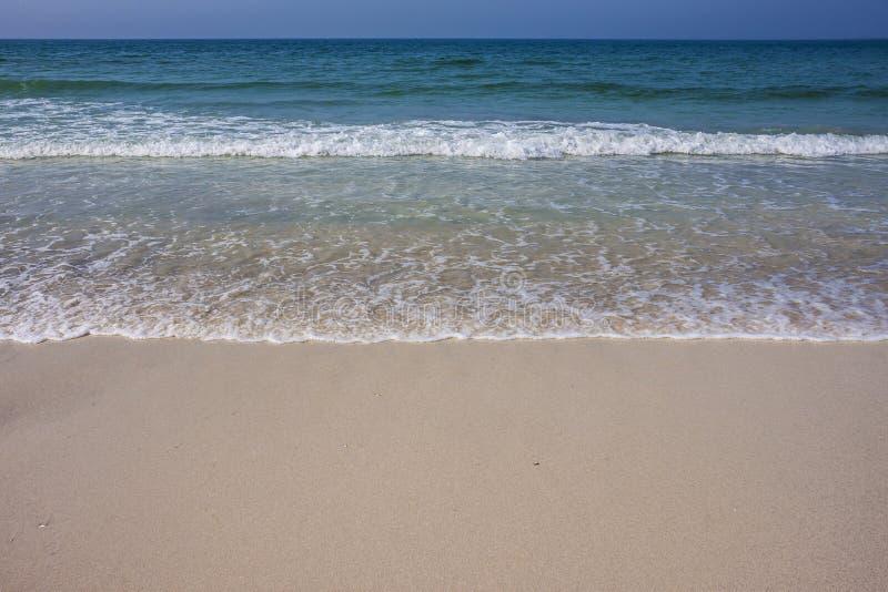 Пена волны моря бирюзы на пляже Ajman, Объединенных эмиратах стоковые фотографии rf
