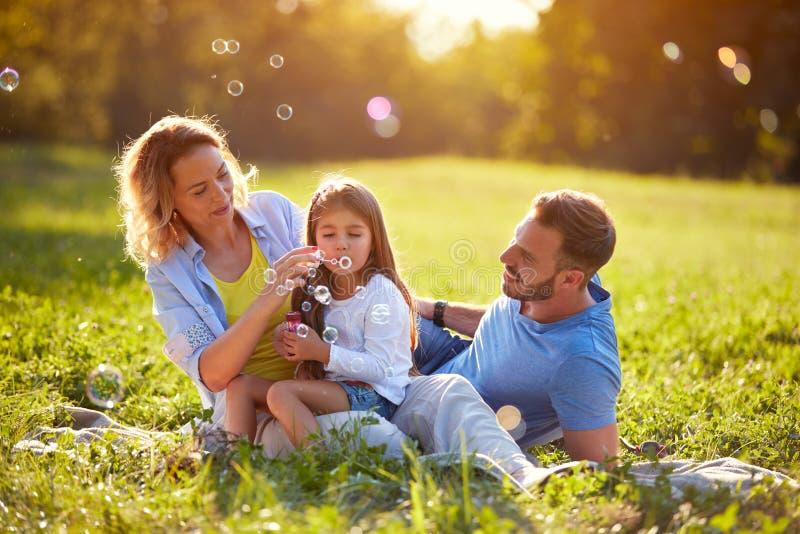 Пена супа дуновения ребенка и делает пузыри в природе стоковая фотография