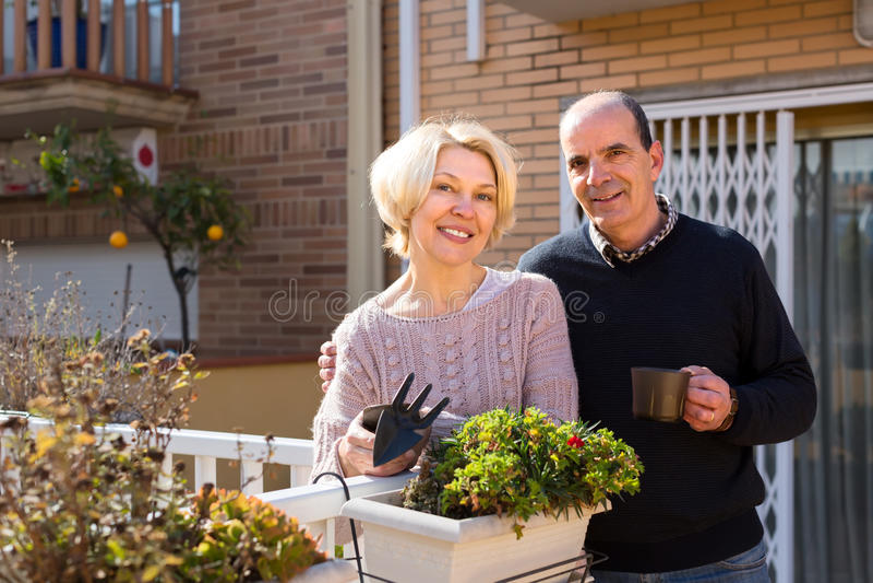 Пенсионеры соединяют outdoors стоковое изображение