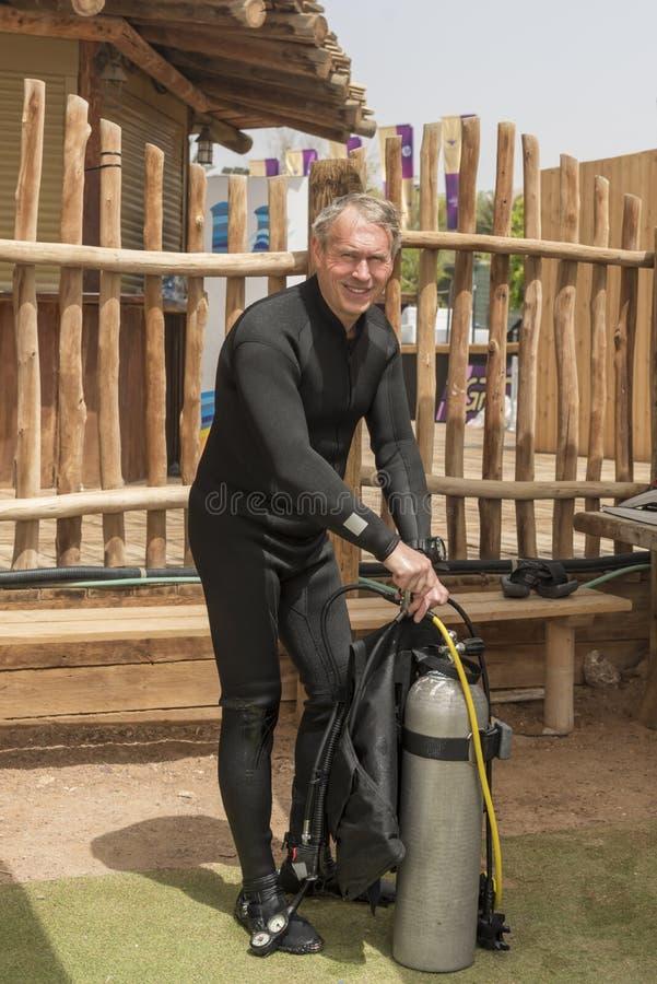 Пенсионер, подводный водолаз демонтирует оборудование после глубокого подныривания Школа подводного подныривания Популярные водны стоковое изображение