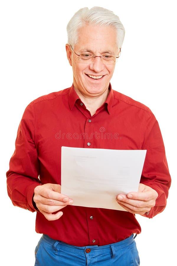 Пенсионер получает хорошие новости по почте стоковые фото