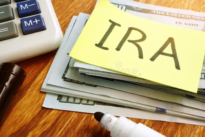 Пенсионный счет ИРА индивидуальный Стог денег стоковые изображения