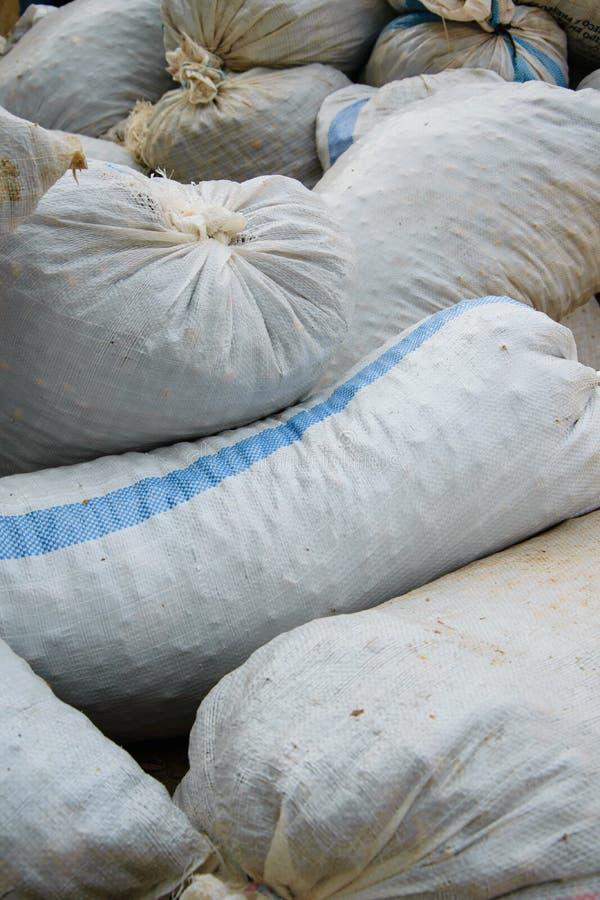 Пенька sacks вполне продуктов сбора аккумулированных на том основании стоковое фото rf