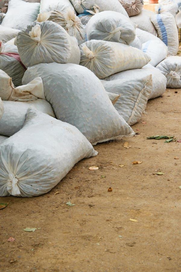Пенька sacks вполне продуктов сбора аккумулированных на том основании стоковое изображение