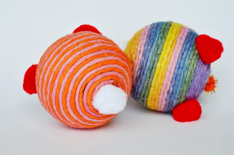 Пеньковая веревка обруча шарика игрушки собаки и кошки красочная на белой предпосылке стоковые изображения