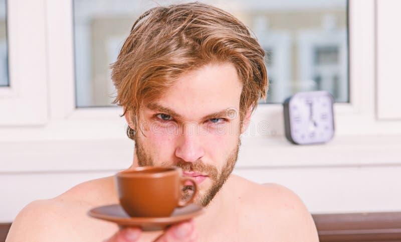 Первая вещь в утре Время самое лучшее иметь вашу чашку кофе Каждое утро с его кофе Мачо человека бородатое красивое стоковое изображение rf