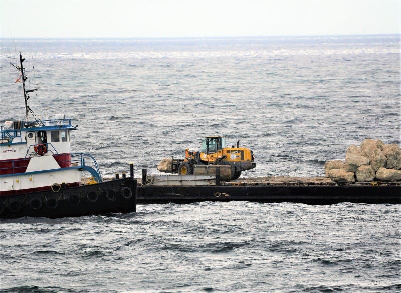 Первая куча утесов почти все в океане для нового jus рифа оффшорного стоковое изображение rf