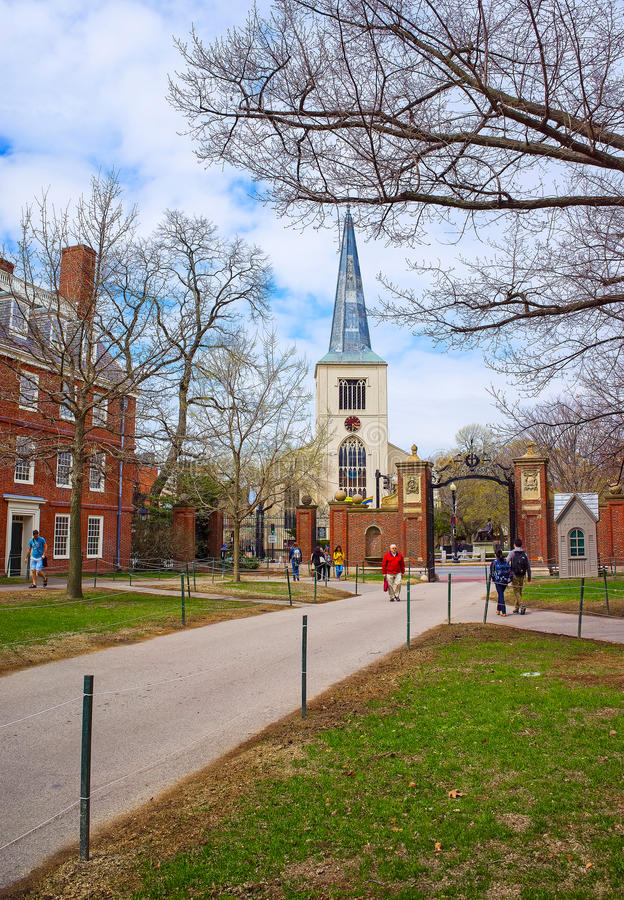 Первая приходская церковь в Кембридже и туристы в дворе Гарварда стоковое фото rf