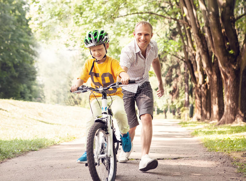 Первое катание велосипеда уроков стоковое фото rf
