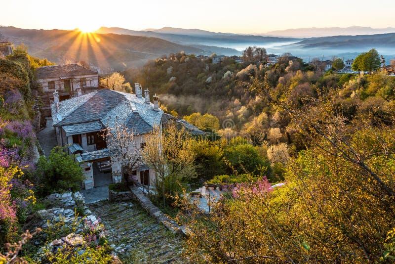 Первое солнце излучает на живописной деревне Vitsa в районе Zagori, северной Греции стоковые фотографии rf