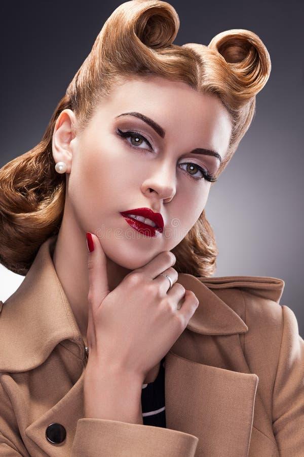 Первоклассная и ультрамодная женщина в Pin вверх по ретро типу - самолюбивая персона стоковое изображение