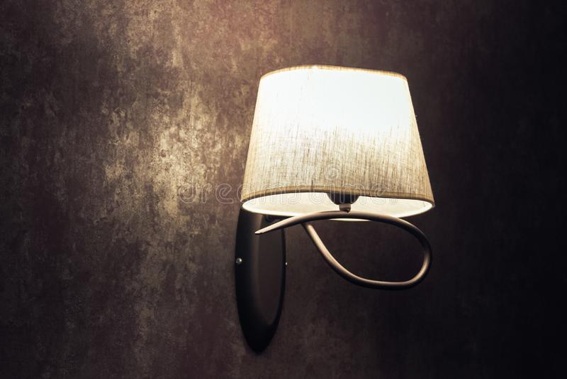 Первоначальная белая лампа, sconce на коричневой стене в винтажном стиле стоковое фото rf