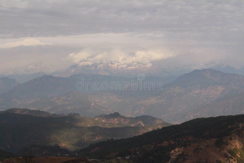 Первоначальная красота холмов Гималаев стоковая фотография
