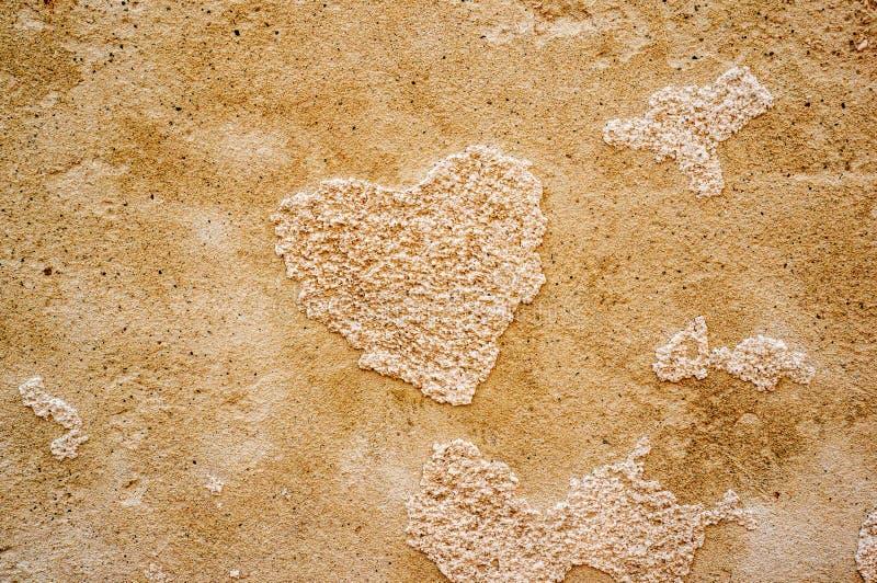 Первоначальная предпосылка естественным стены текстурированной гипсовым цементом с отказами и в форме сердц картиной monochrome стоковая фотография rf