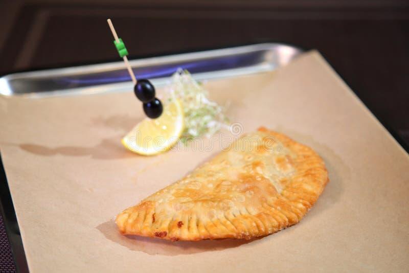 Первоначальная сервировка пирога мяса в ресторане Аргентинское empanada Татарский пирог мяса с говяжим фаршем стоковое фото