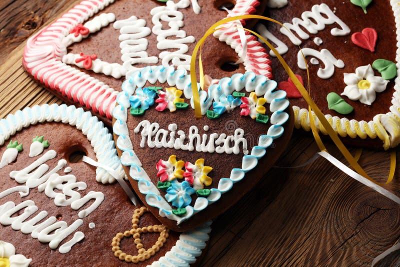 Первоначально баварское сердце пряника Oktoberfest на древесине стоковая фотография