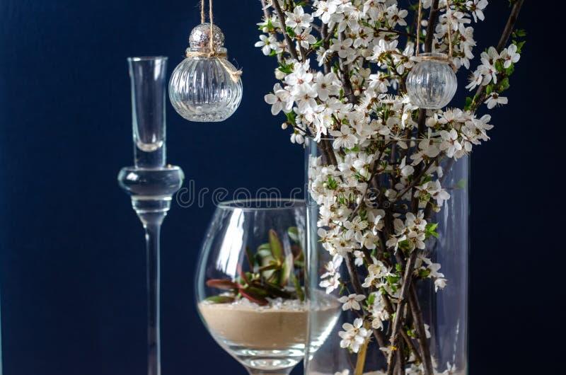 Первоначальные украшения цветка свадьбы в форме мини-ваз и букетов цветков, вися на цветя ветви стоковое фото rf