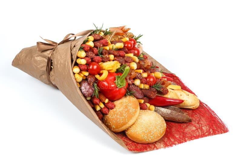 Первоначальный букет состоя из различных разнообразий сосиски, мяса, копченого сыра, томатов, перца и хлеба лежит на белом b стоковые изображения