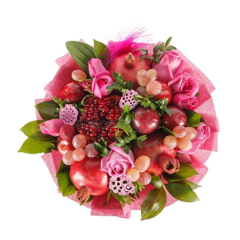 Первоначальный подарок в форме букета состоя из роз, гранатовых деревьев, слив, виноградин на белой предпосылке стоковая фотография