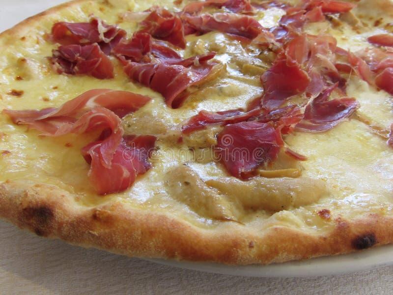 Первоначально итальянская пицца с ветчиной, грибами и моццареллой стоковые фотографии rf
