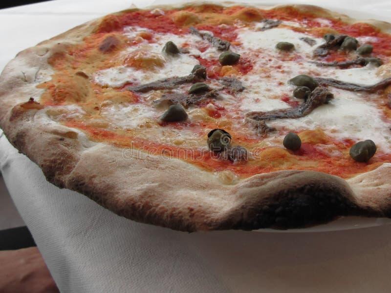 Первоначально итальянская пицца с каперсами и камсами стоковое изображение