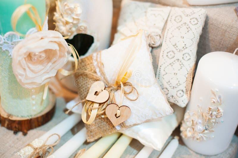 Первоначально украшение свадьбы в мини-вазах формы и букетах цветков на церемонии стоковое изображение rf