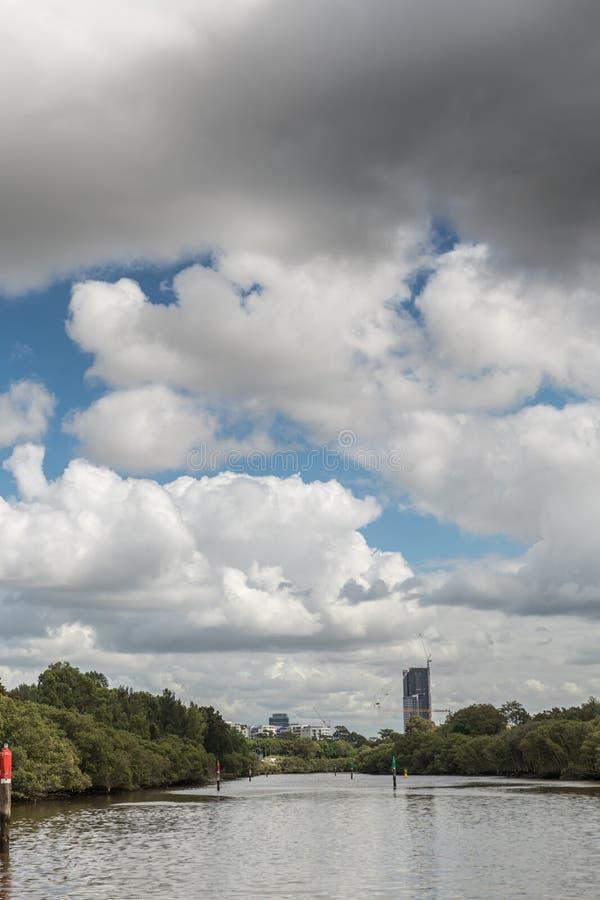 Первые здания Parramatta смотрят прищурясь над горизонтом, Австралией стоковое фото