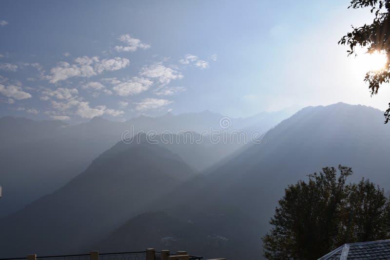 Первые лучи солнца на Dharamshala, Индии стоковые фото