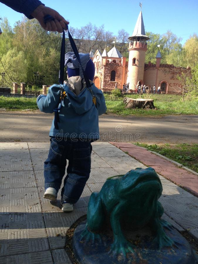 Первые первые шаги на ходоке на городе паркуют в Сумы Украине стоковые фотографии rf