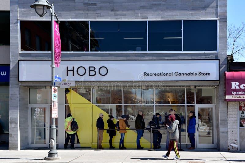 Первый день законных продаж конопли магазина розничной торговли в Онтарио стоковое фото