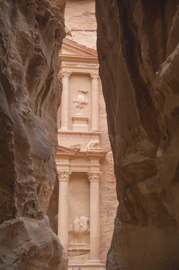 Первый мимолетный взгляд al-Khazneh казначейства Petra по выход из Siq в Petra, Джордан стоковая фотография