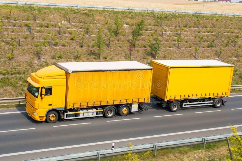 перевезите желтый цвет на грузовиках стоковое фото rf