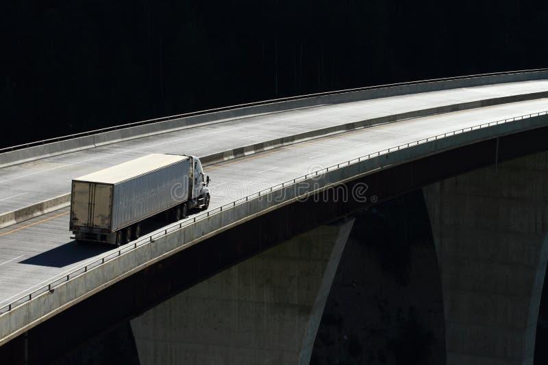 Перевезите на грузовиках на высоководном мосте 01 стоковые фото