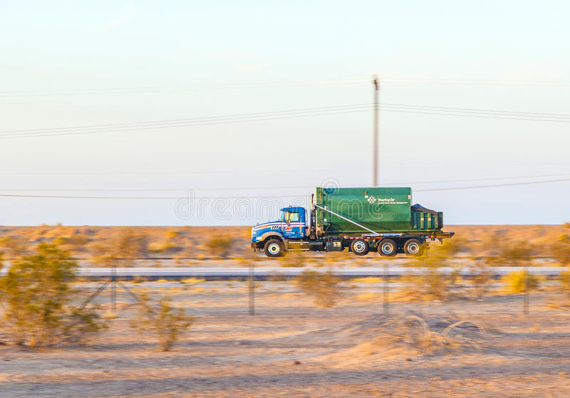 Перевезите на грузовиках на шоссе 8 в восходе солнца стоковое изображение